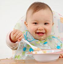Bébé jette sa nourriture