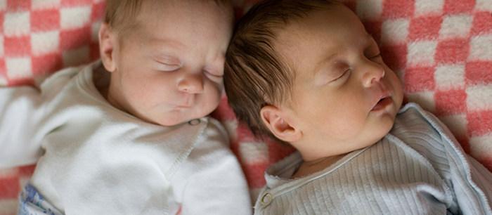 Les Bébés Filles Jumeaux : Avoir des jumeaux
