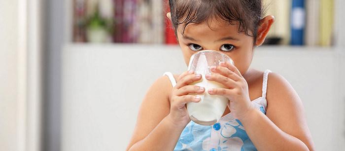 les enfants et le lait. Black Bedroom Furniture Sets. Home Design Ideas