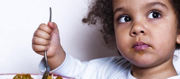 l 39 enfant qui mange lentement. Black Bedroom Furniture Sets. Home Design Ideas