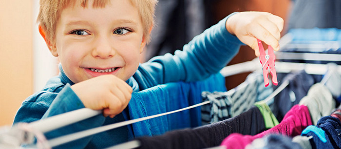 Il faut apprendre aux enfants à vous aider à la maison ! Voici ce qu'il doit faire selon son âge: