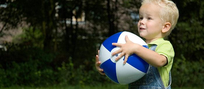 Jouer au ballon et la balle - Fille joue au foot ...