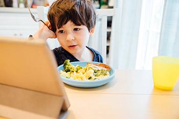"""Résultat de recherche d'images pour """"manger devant la télé"""""""